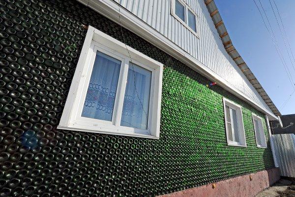 FOTO – Una casa costruita con le bottiglie di vetro: è successo in Russia