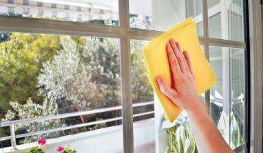 Come pulire i vetri di casa senza lasciare aloni